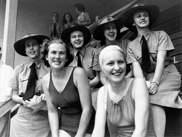 Cheering_for_the_team_at_the_Valley_baths,_Brisbane,_December_1943