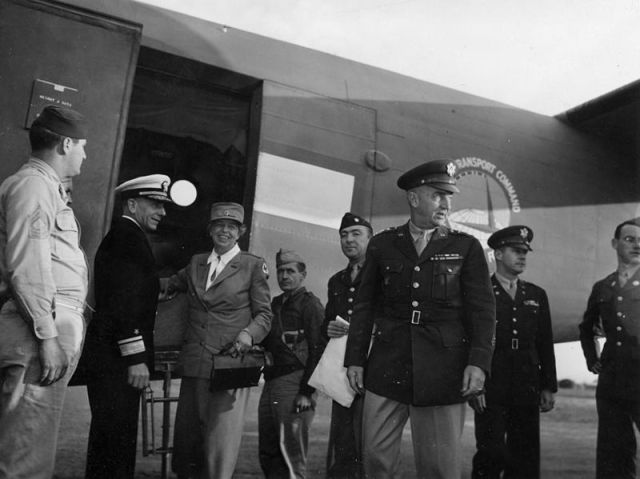 Eleanor_Roosevelt_arriving_in_Rockhampton,_Queensland,_9_September_1943
