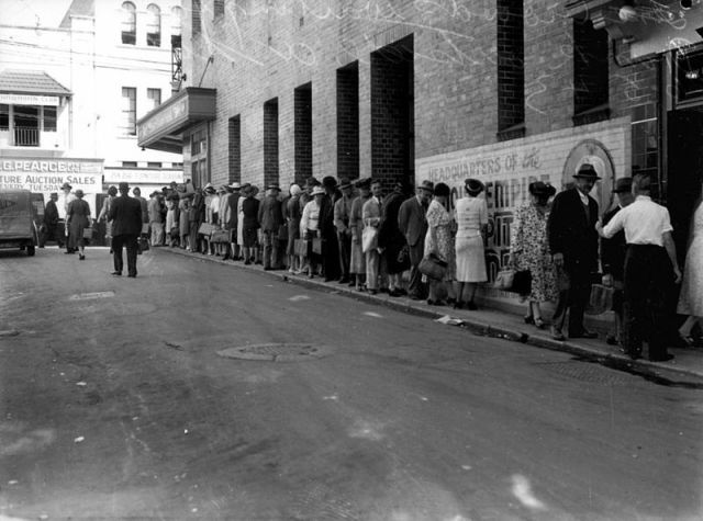 Crowd_lined_up_on_the_footpath_waiting_for_liquor_rations,_Brisbane,_May_1943